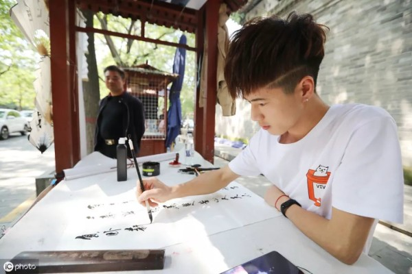 Young Chinese calligrapher earns money from tourists
