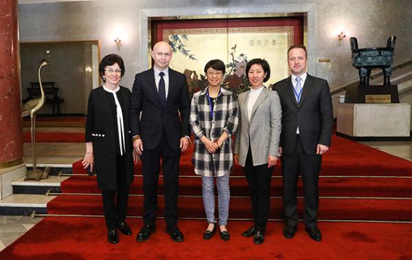 阿列克谢·萨布罗夫和中华人民共和国驻俄使馆文化处参赞龚佳佳举行了会面
