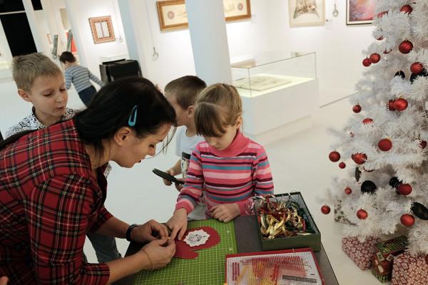 Новогодние занятия на детских курсах в школе каллиграфии
