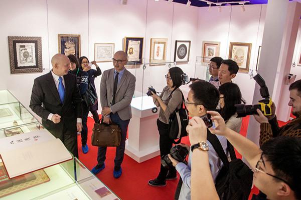 Алексей Шабуров провел экскурсию в Современном музее каллиграфии для китайских журналистов
