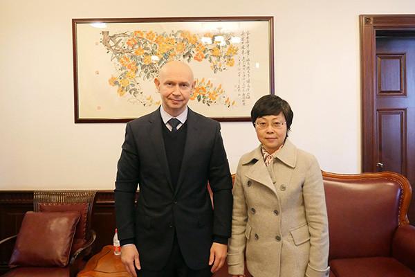 现代书法馆馆长阿列克谢•萨布罗夫在上海会见景莹女士