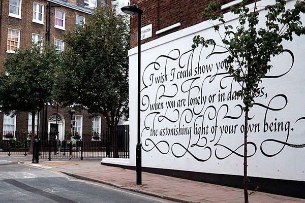 Изящная каллиграфическая роспись встречает прохожих вдохновляющей цитатой поэта XIV века