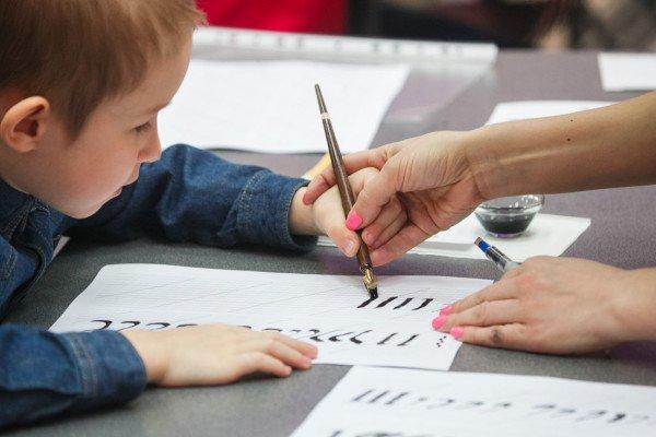 В воскресенье, 2 апреля, в Современном музее каллиграфии прошел интенсив «Каллиграфия для детей. Плоское перо»