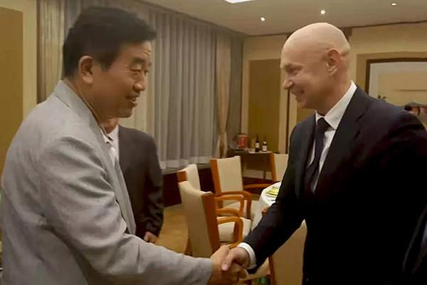 俄罗斯现代书法馆馆长阿列克谢.沙布罗夫一行在北京与中国书法家协会主席苏士澍进行会见
