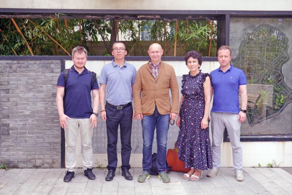 现代书法馆代表团访问中国毛笔厂