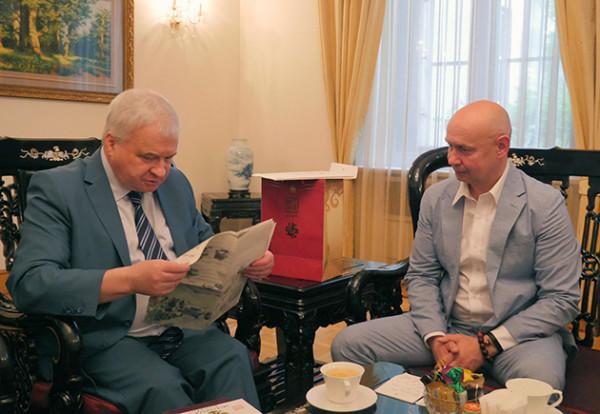 俄罗现代书法博物馆馆长萨布罗夫先生与俄罗斯联邦驻华大使杰尼索夫先生进行会晤