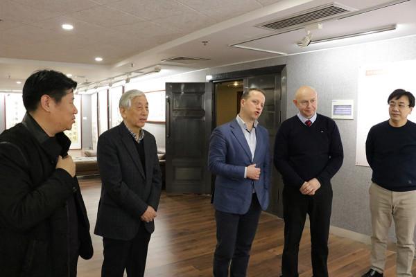 与著名中国书法大师张海先生会晤
