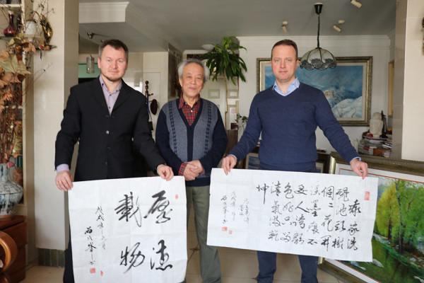 著名中国书法家及艺术家石成峰向博物馆赠送两幅作品