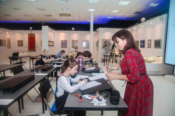 Занятия детских групп в Национальной школе каллиграфии