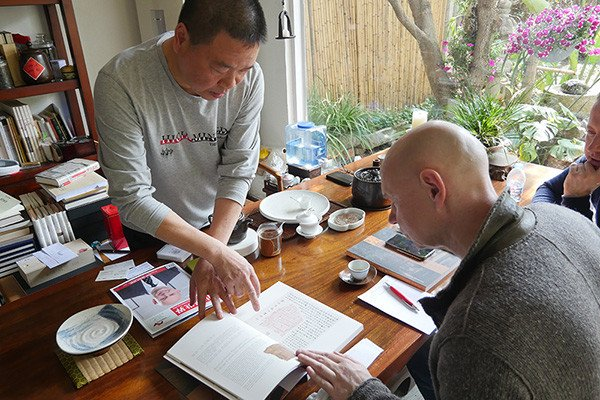 中国著名书法家谢佳华在其工作室接待现代书法馆馆长