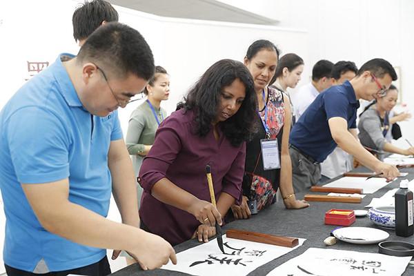 Зарубежные работники сферы образования пробуют искусство каллиграфии в Пекине