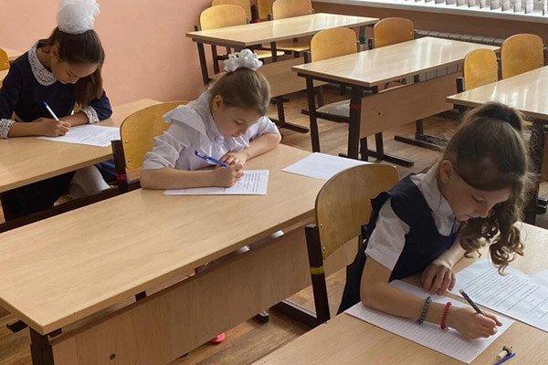 哈巴罗夫斯克边疆区的小学生参加书法比赛