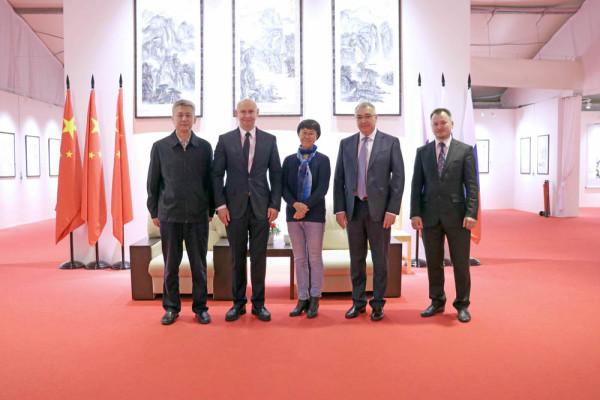"""中国大使馆代表团对""""伟大的中国书法与国画展览""""的高水平筹备工作表示赞赏"""