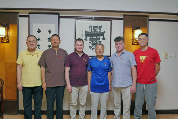 Museum representative met with renowned calligraphers in Beijing