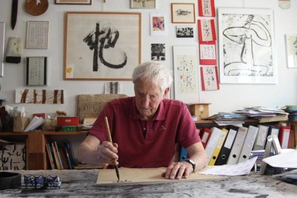 An elderly resident of Switzerland promotes the spread of Chinese calligraphy abroad