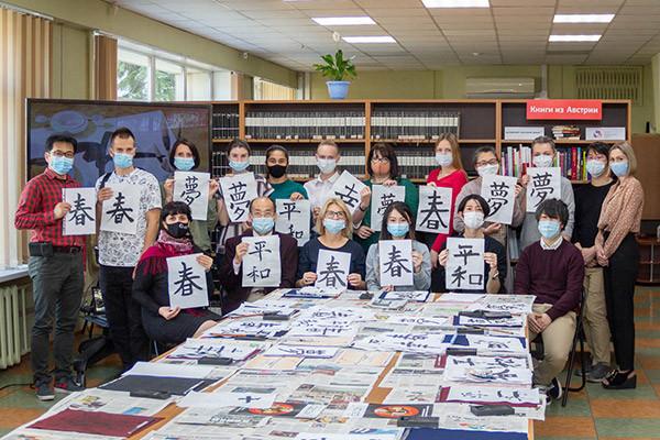 Сахалинцев учат писать японские иероглифы
