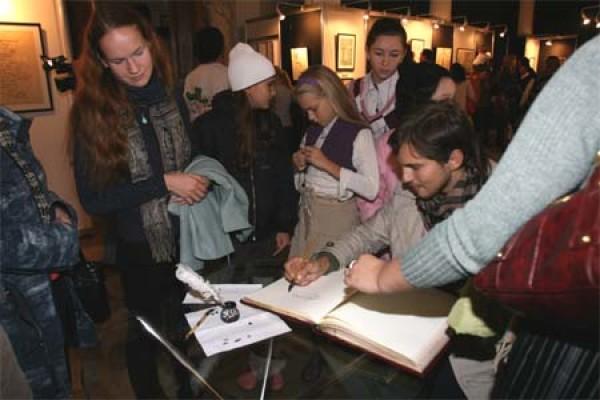 Изумление  и восхищение посетителей Международной выставки каллиграфии. У стола с книгой отзывов — очередь...