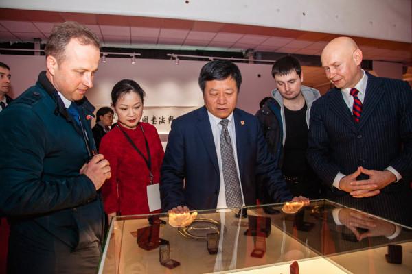 """中国驻俄罗斯特命全权大使张汉晖参观""""伟大的中国书法与国画""""展览"""
