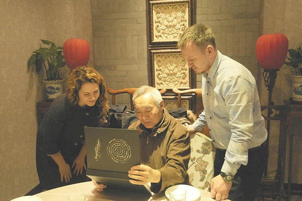 The meeting of the museum representative with a famous artist and calligrapher