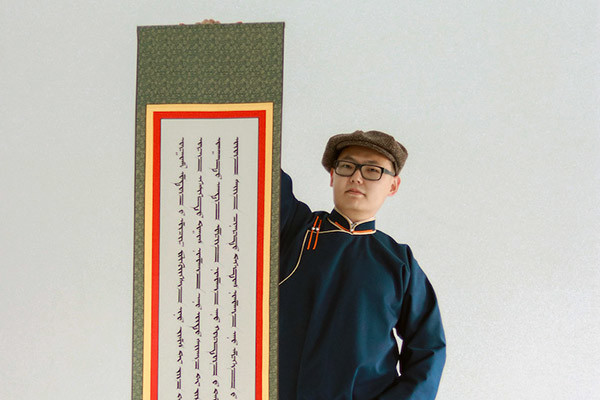 Бурятский язык находится на грани исчезновения. Каллиграф пытается вдохнуть в него новую жизнь с помощью монгольской письменности