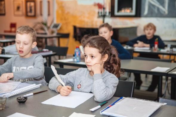 儿童班试习羽毛笔书法