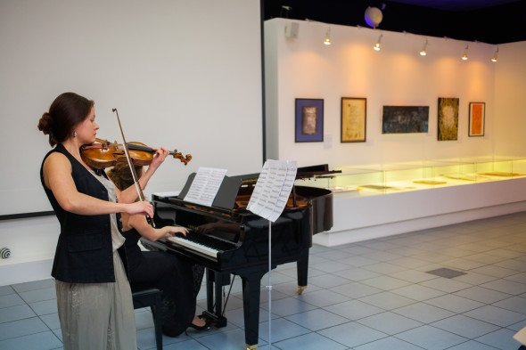 Перо, скрипка и рояль: открылась выставка «Каллиграфия о Москве»