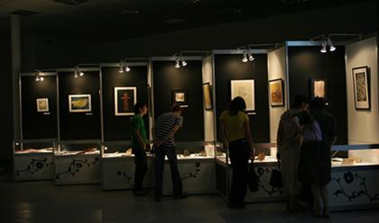 Посетители выставки каллиграфии