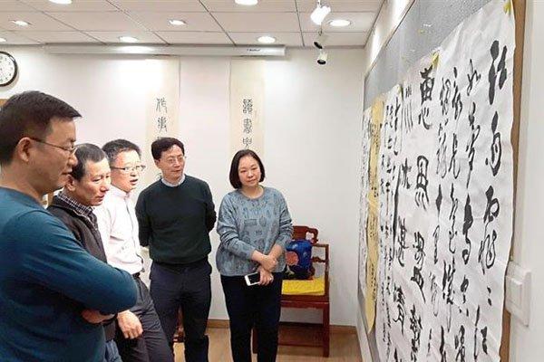中国书法比赛获胜者出发前往北京