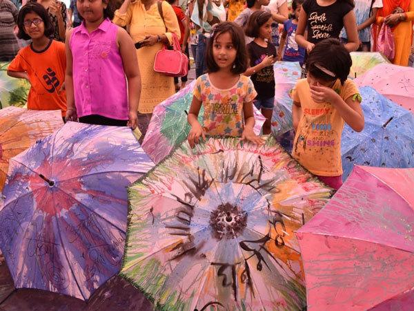 Жители Мумбаи расписывают свои зонтики разными красками