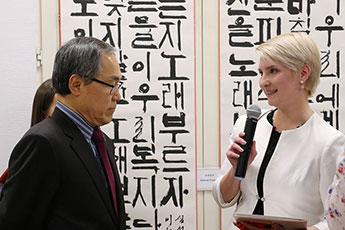 В перерыве между мастер-классами У Юн Гын отвечал на вопросы присутствующих гостей