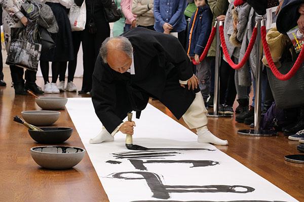 Корейская каллиграфия требует от мастера соответствующей физической подготовки, но результат всегда впечатляет