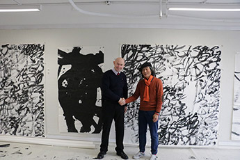 Delegation from the Contemporary Museum of Calligraphy being received by Wang Dongling in his studio