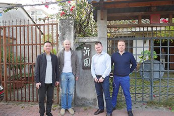 Renowned Chinese calligrapher Xie Jianghua met with Director of Contemporary Museum of Calligraphy in his workshop
