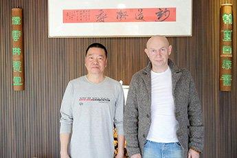 Известный китайский каллиграф Се Цзяхуа  встретился в своей мастерской с директором Современного музея каллиграфии