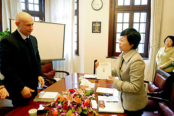 Alexey Shaburov, Director of Contemporary Museum of Calligraphy, met with Mrs. Jing Ying in Shanghai