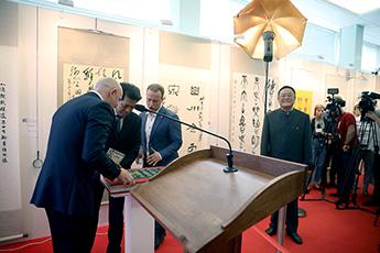 Чрезвычайный и полномочный посол КНР в РФ господин Ли Хуэй и организатор выставки Алексей Шабуров