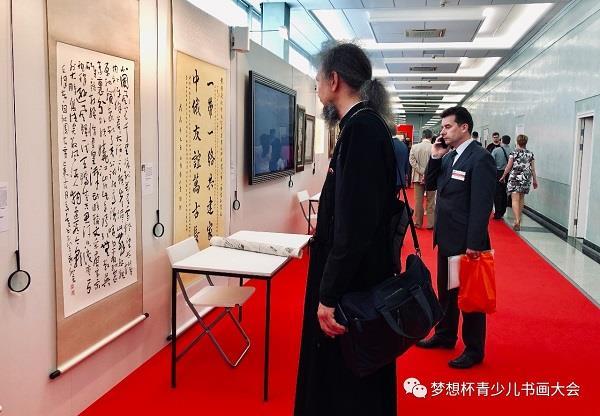 Russian painters admire the work of Hua Kui