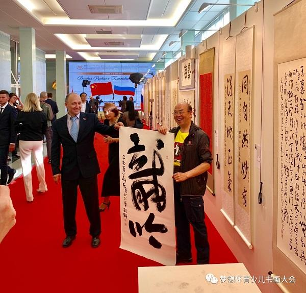"""As an exhibitor, Mr Hua Kui was chosen to create an artwork in the large character Bangshu style """"The roar of a dragon"""", at the opening ceremony in front of the audience"""
