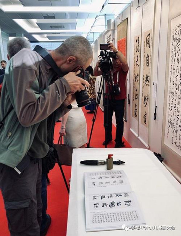 """In front of  Hua Kui's painting at the opening ceremony of the exhibition """"Great Russian and Chinese Calligraphy"""""""