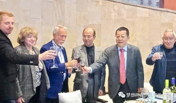 5月24日晚俄中宾朋在欢迎晚宴上频频举杯共庆画展圆满成功