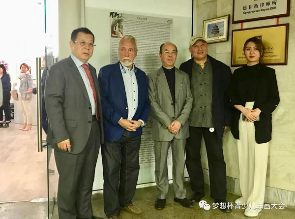 At the opening ceremony of Hua Kui's exhibition of   calligraphy and painting of Hua Kui in Saint- Petersburg, Mr  Kui, Chairman Luan Shaohu, director of the Russian museum Vladimir Gusev and Lo Lei took a joint photo to remember