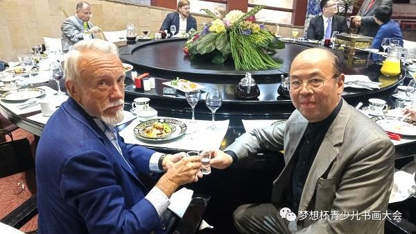 在欢迎宴会上华奎先生同古塞耶夫先生举杯祝福