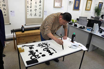 Inspired by the visit, the guests presented to the Director of the Contemporary Museum of Calligraphy a gift - a handwritten artwork.