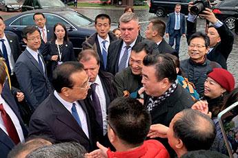 Участник выставки «Великая китайская каллиграфия и живопись» Чжан Хуацин встретился с премьер-министром КНР Ли Кэцяном