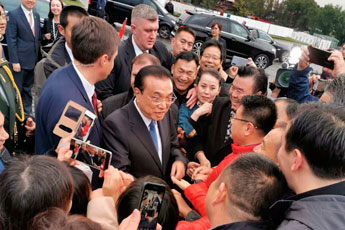 Great Chinese Calligraphy and Painting exhibitor Zhang Huaqing met with China Premier Li Keqiang
