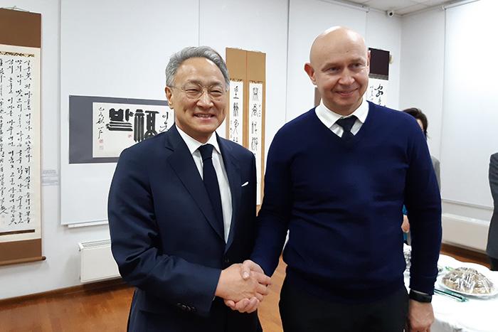 Директор Современного музея каллиграфии Алексей Шабуров и посол Республики Корея в России Ли Сок Пэ