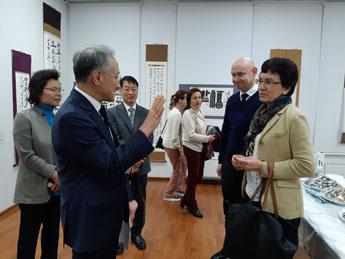 Ким Бен Ги знакомит Ли Сок Пэ со своими работами