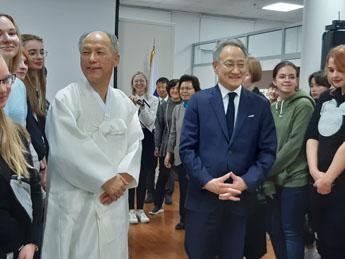 Ли Сок Пэ и Ким Бён Ги в окружении гостей выставки