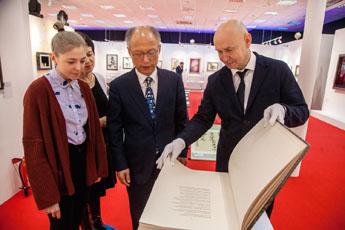 Лучший каллиграф Республики Корея, профессор Ким Бён Ги, побывал в Современном музее каллиграфии