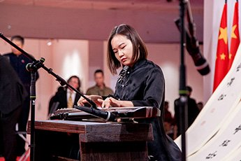 Выступление исполнительницы Тун Цю